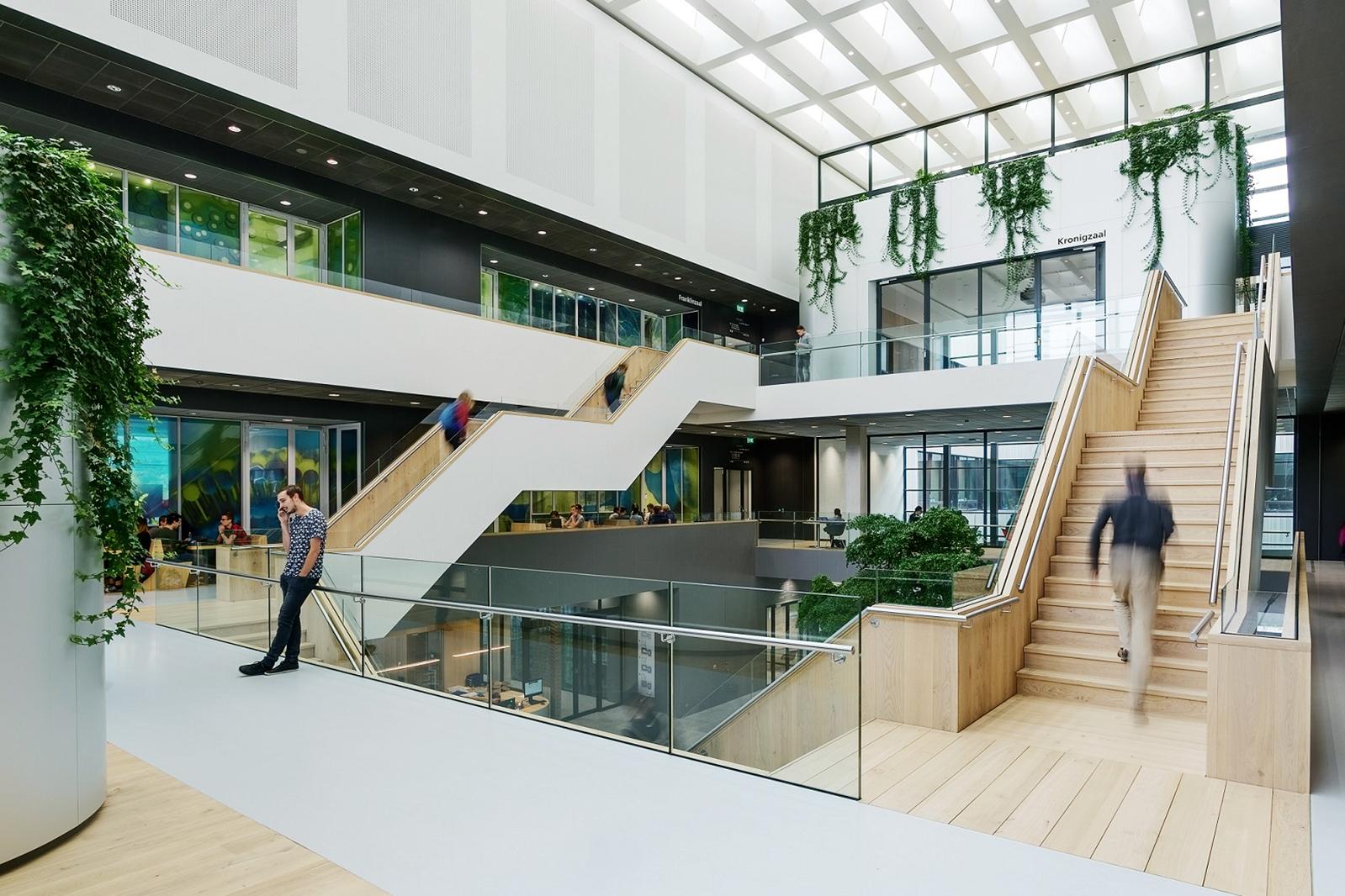 Faculteit-TNW-atrium-vanaf-verdieping